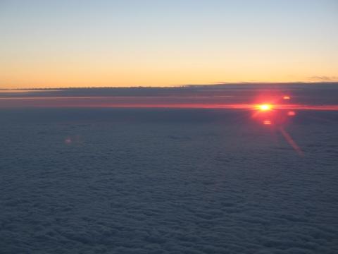 Det var ikke akkurat sånn, men her er et bilde av sola i horisonten sett fra lufta.