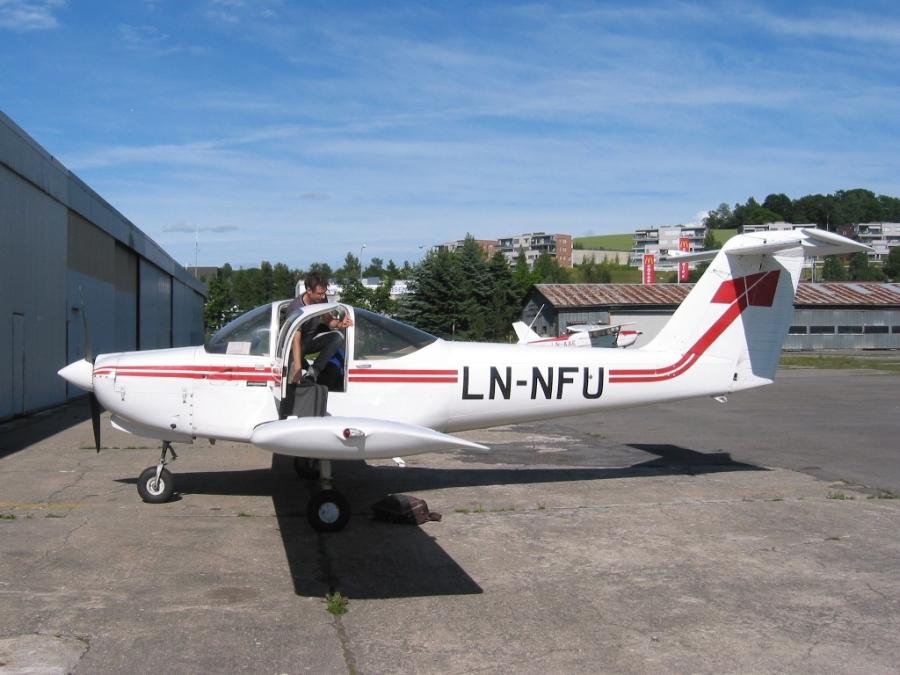 Flygeeken stiger ut av cockpiten på LN-NFU etter en svettsom runde med landinger på Rygge.