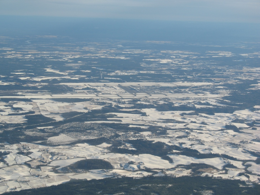 Gardermoen sett fra vest. Fjern snøen, og det blir nesten slik jeg så flyplassen på vei tilbake til Kjeller.