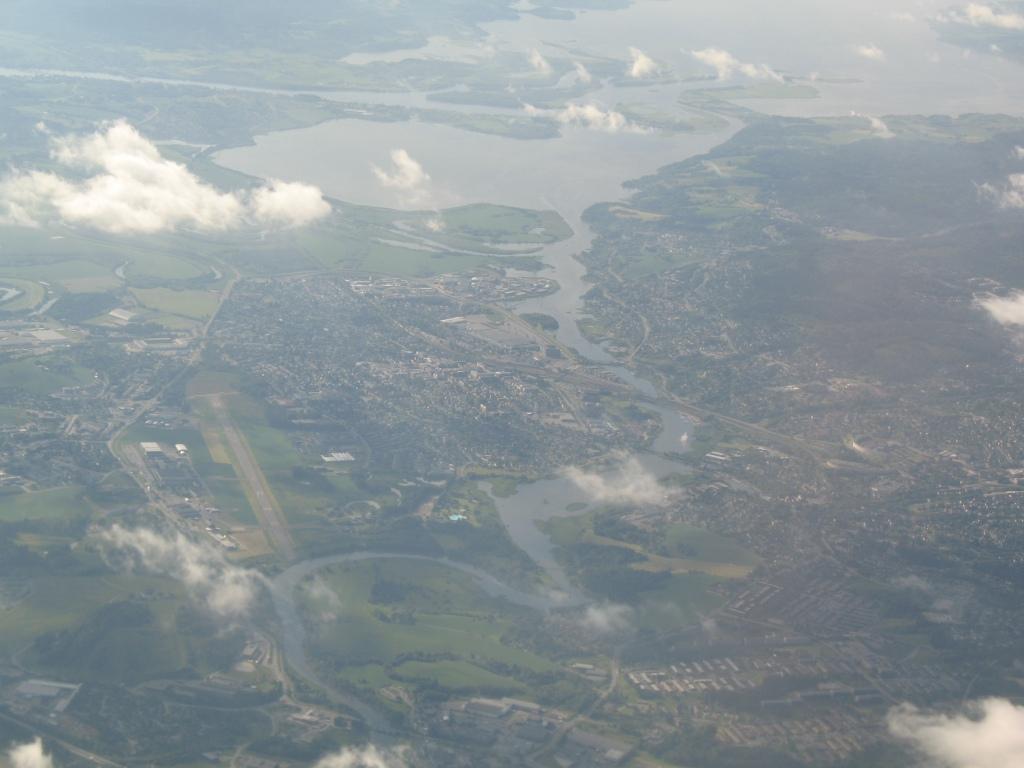 Kjeller flyplass til venstre, og Øyern øverst. Rullebane 12 er nærmest og rullebane 30 er lengst vekk.