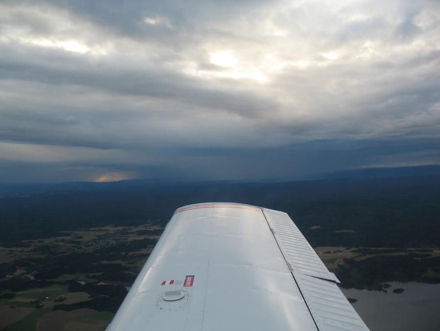 Mørke skyer truer i vest.