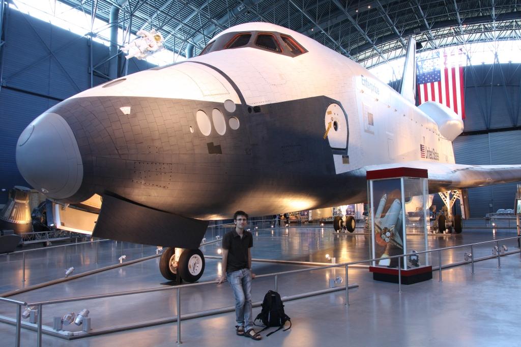 En flygeek klarer seg ikke uten fly en hel uke. Her sammen med romfergen Enterprise på National Air and Space Museum på Dulles Airport ved Washington D.C.