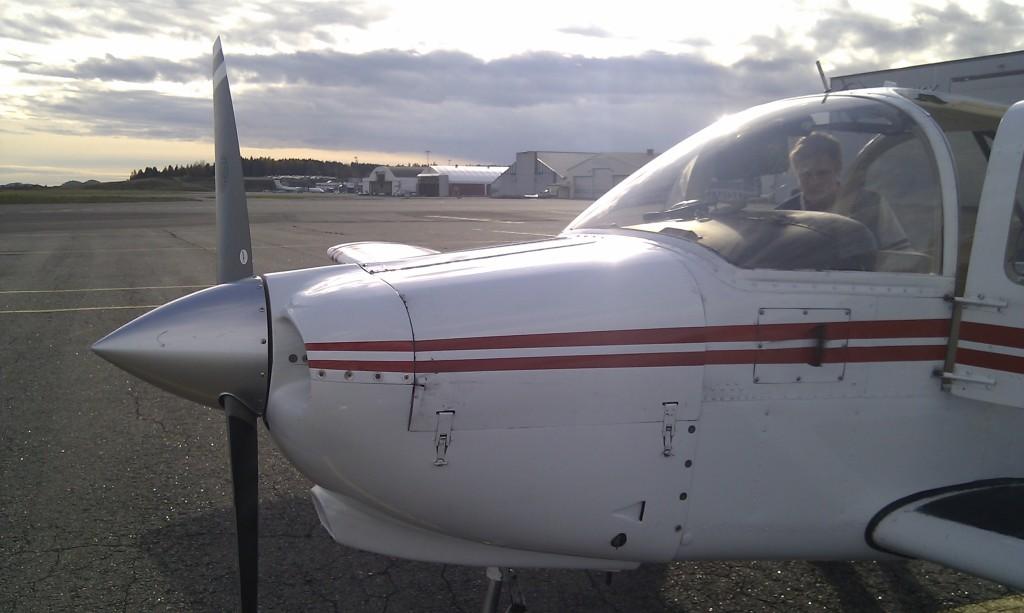 Etter landing på Torp, med Widerøe-flyet som kom bak oss ved terminalen i bakgrunnen.