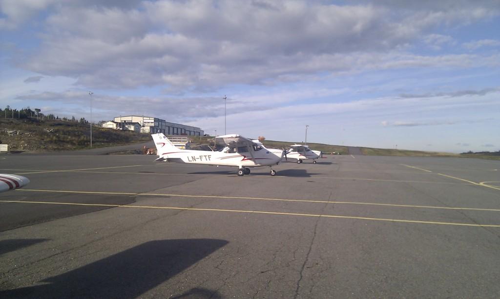 I den andre retningen står to C172 fra Luftfartsskolen oppstilt.