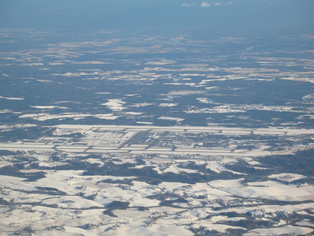 Vinter-Gardermoen sett fra vest. Flyr man langs Echo 6 blir det på motsatt side av flyplassen.