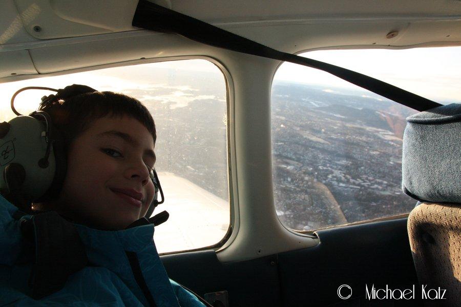 Nevøen min på 7 år fryder seg under sin første småflytur.