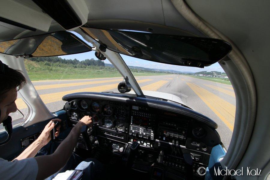 Piloten stiller kompassgyroen før take-off fra RWY 30 på Kjeller.