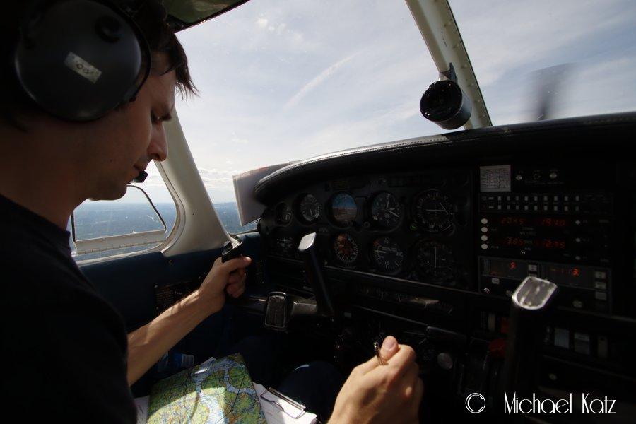 Flygeeken navigerer fra Kjeller til Kjevik vha. av gode gamle kart.