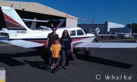 Piloten og de to passasjerene, Ariel og Kristin.