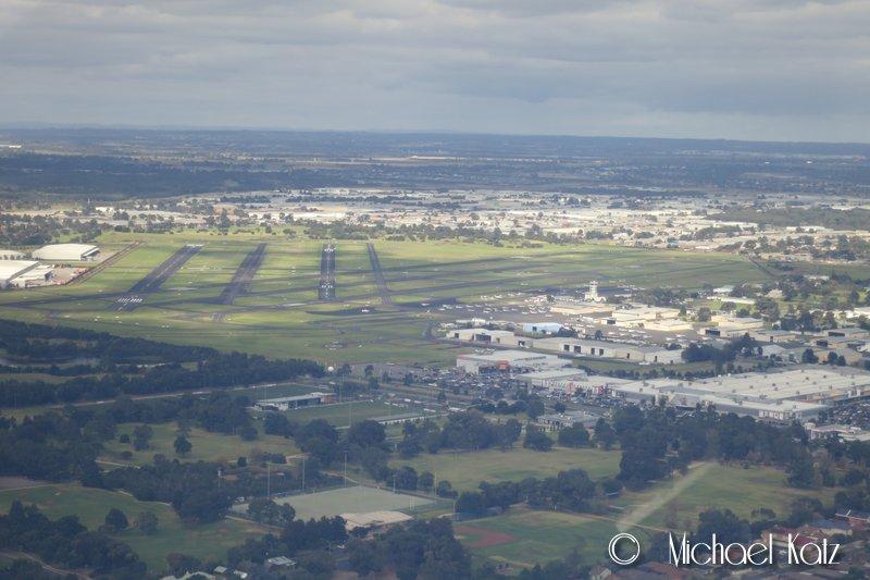 Moorabbin Airport med sine fem rullebaner sett fra right downwind til bane 17R.