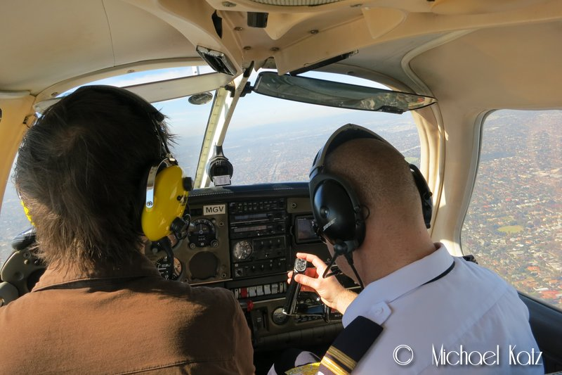 Instruktør Scott tar seg av radiokommunikasjon, mens flygeeken flyr flyet.
