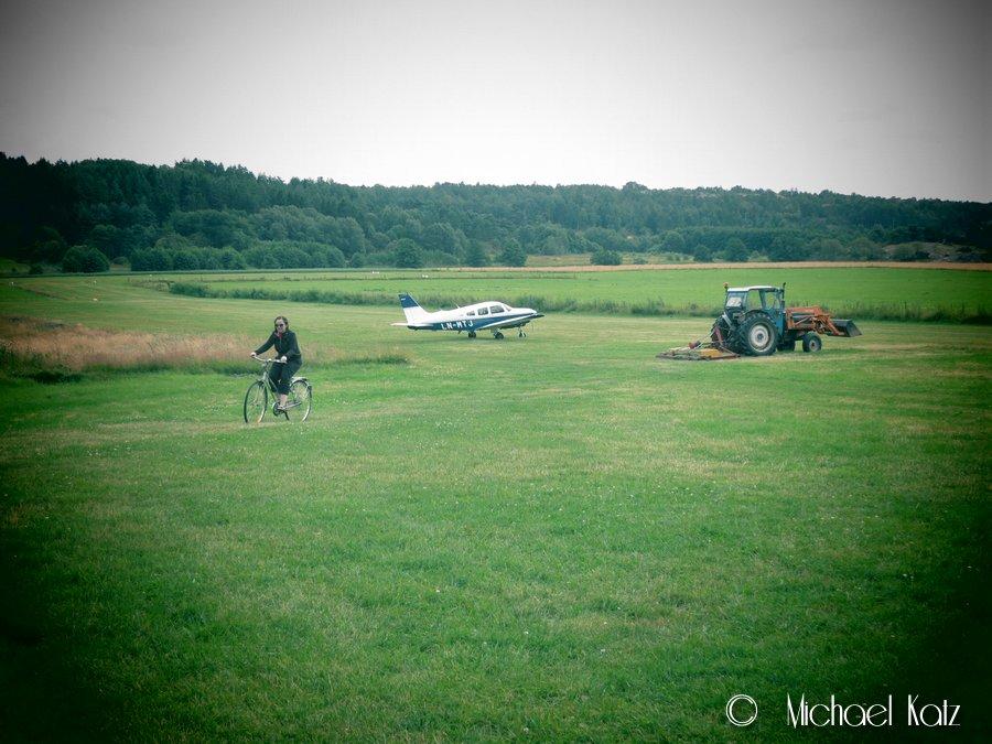 LN-MTJ flørter med den lokale traktoren, mens vi sykler inn til Fjällbacka.