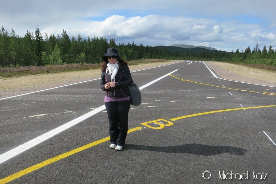 Kristin og den smale stripen på flyplassen i Trysil.