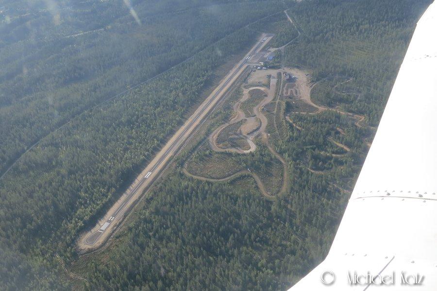 Trysil flyplass med rykende fersk asfalt.