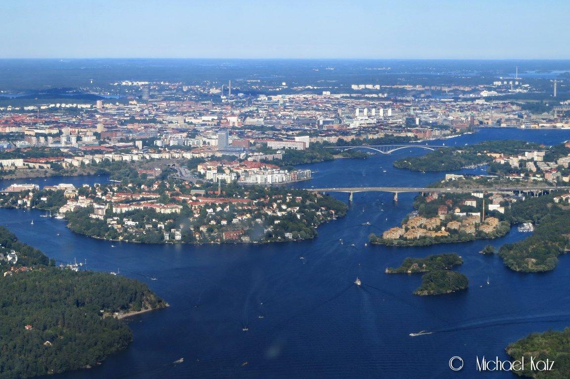 Vi ser rett mot Stockholm sentrum under approach til bane 30 på Stockholm Bromma.