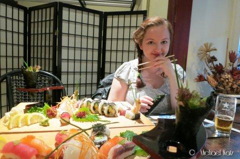Det er godt med et herlig sushimåltid og øl i Gamla Stan etter å ha flydd for egen maskin til Stockholm.