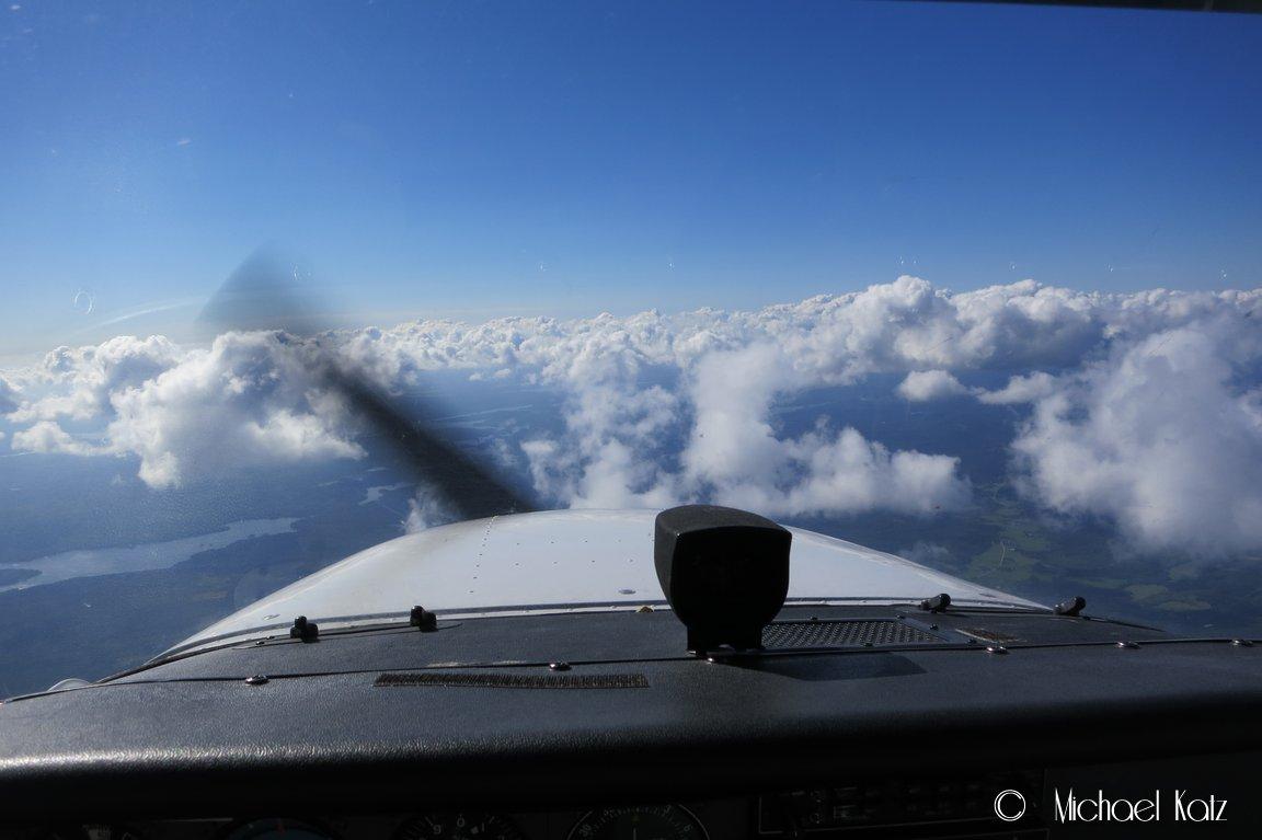 På vei hjem igjen tetter det seg til med Cumulus-skyer etterhvert som vi nærmer oss grensen til Oslo. Her er det er tordenvær på vei.
