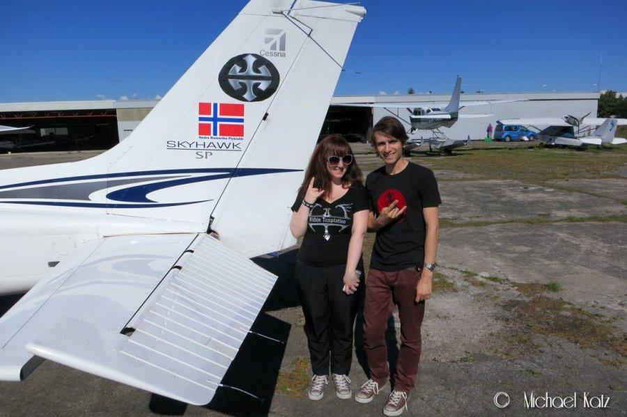 Flygeeken og Kristin med spesiallaget Within Temptation-logo for anledningen på halen til LN-NRF (PS: Logoen ble fjernet før vi tok av).
