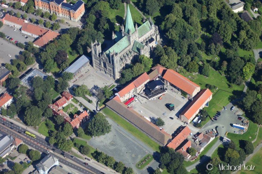 Konsertscenen i Borggården ser ikke så fryktelig stor ut fra 2000 fot. Her sammen med Nidarosdomen.