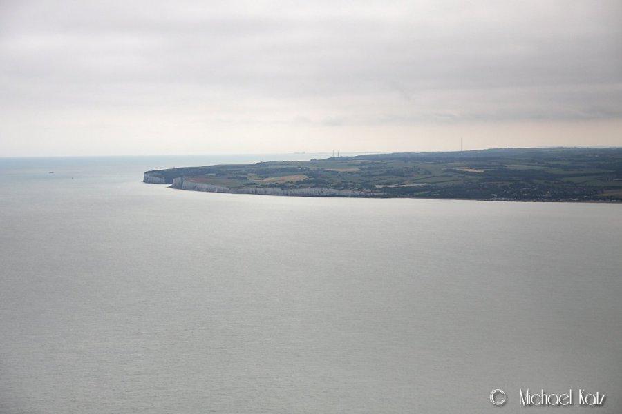 Den engelske kystlinjen kommer nærmere og nærmere etterhvert som vi cruiser over kanalen i 1000 fot.