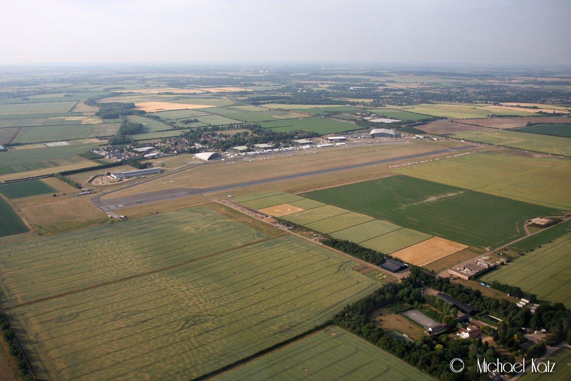 Downwind til bane 06R på Duxford Airfield.