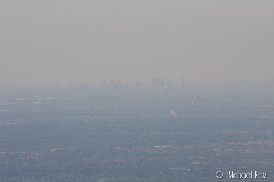 Luftrommet over London er klasse A, så vi måtte fly godt utenfor. Likevel var det mulig å skimte London sentrum i disen.