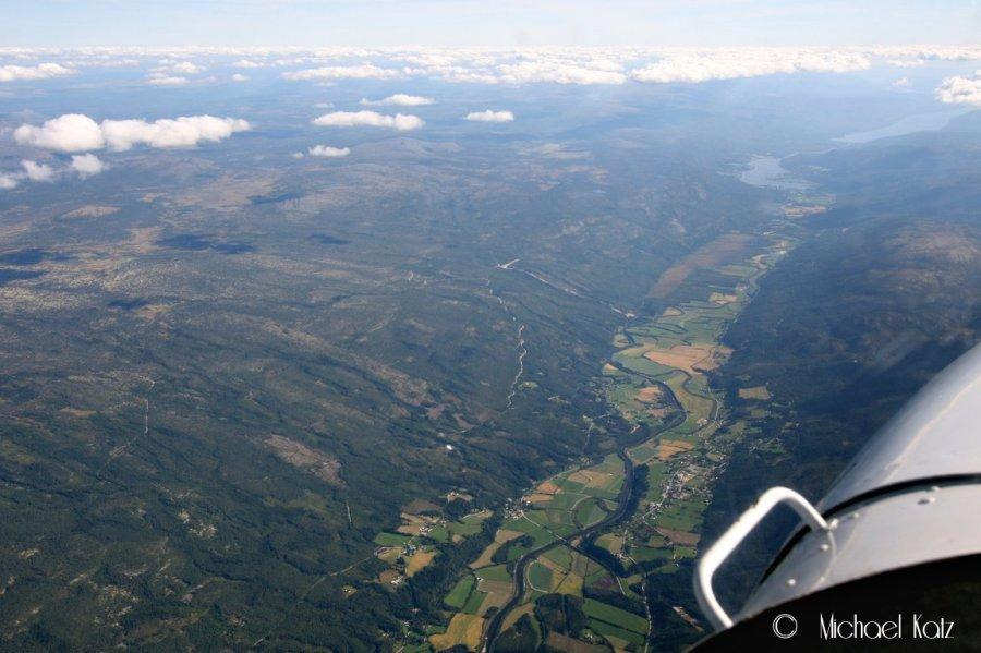 Der nedi dalen kjører bilene den lange veien tilbake fra Trondheim på minst 7 timer. :)