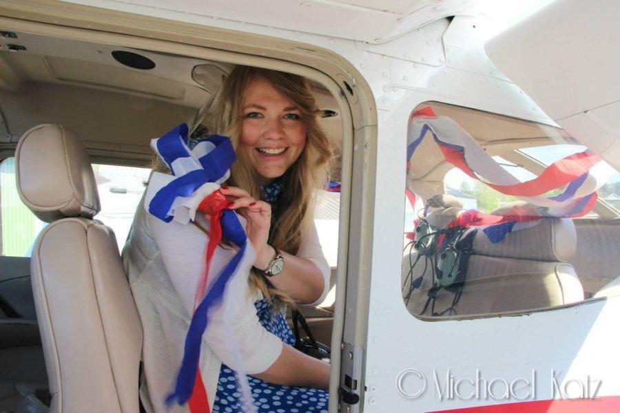 Marit pynter flyet til 17. mai før take-off. © 2014 Michael Katz
