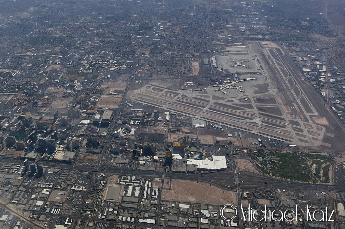 10.000 fot over Las Vegas McCarran International Airport og The Strip (rett nedenfor flyplassen).