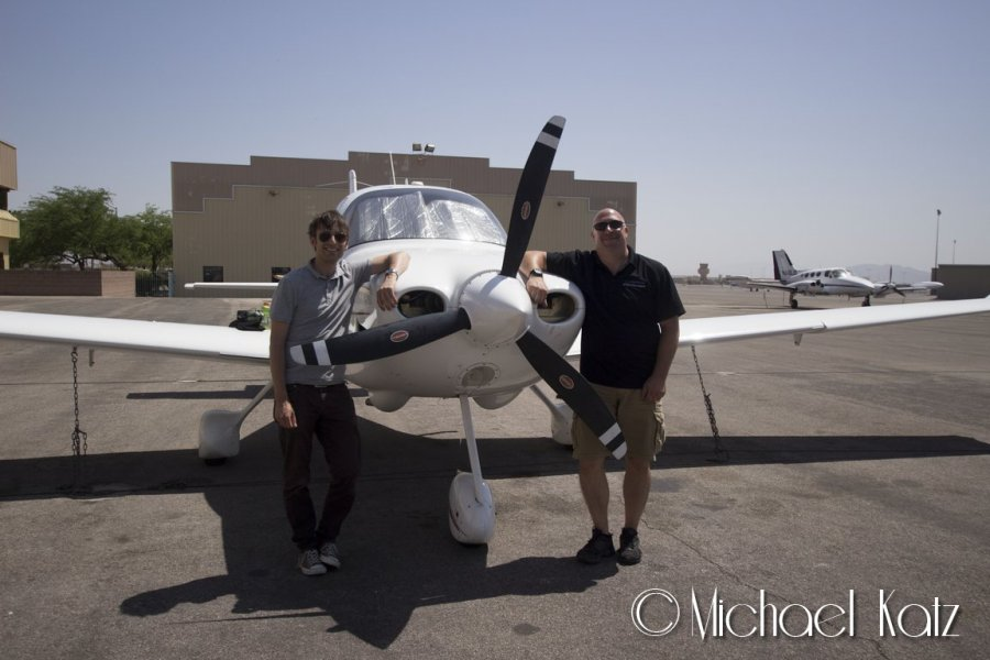Meg og instruktør Chris etter flyturen.