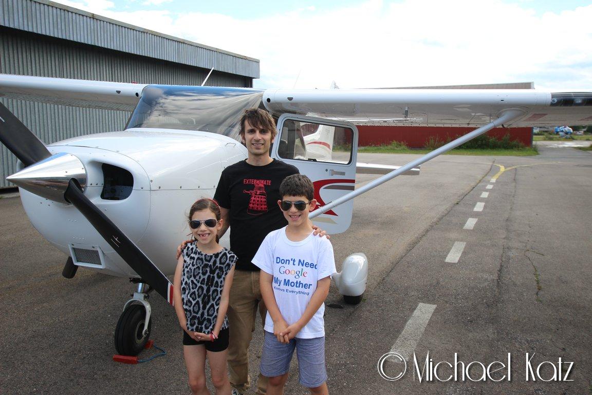 Piloten og barna etter landing.