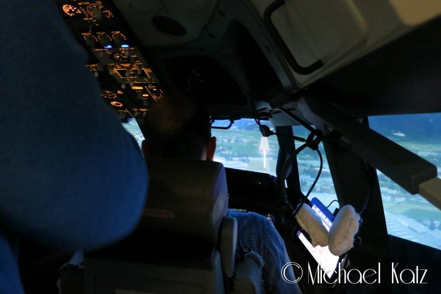 Min kollega, Robert, prøver seg på landing med 737-800 på Salzburg Airport. Også en suksessfull landing. :)
