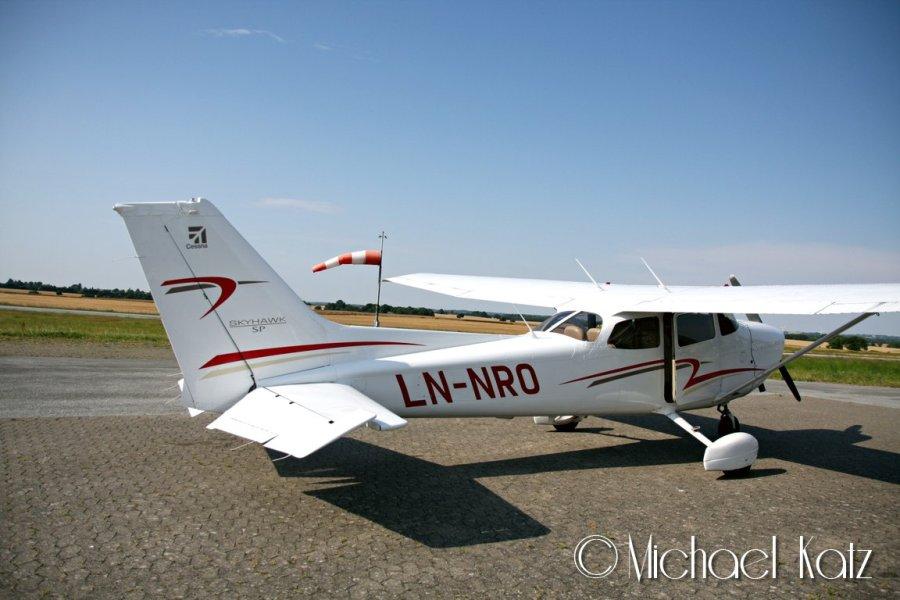 LN-NRO og vindpølsa på Randers Flyveplads.