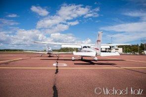 LN-NRO parkert bak en Cirrus på Mariehamn flyplass. © 2016 Michael Katz