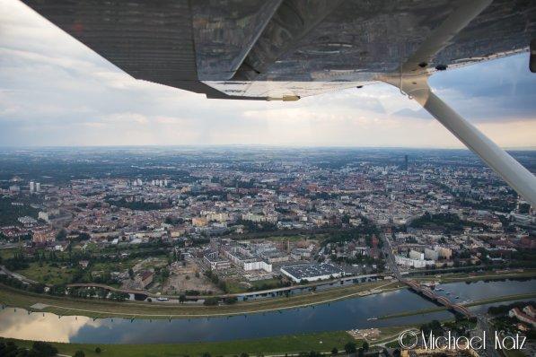 Passering av Wrocław på vei inn til Wrocław Airport. © 2017 Michael Katz