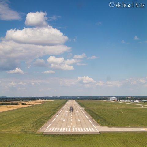 Kort finale bane 04 på Ostrava Airport. © 2017 Michael Katz