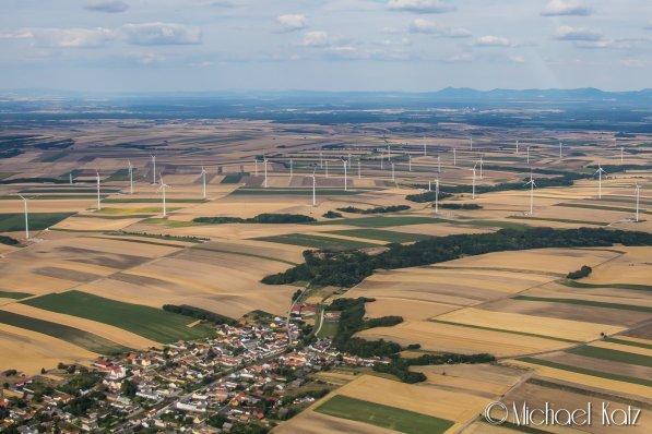 Vi har entret Østerrike, og velkomsten består av vindturbiner og atter vindturbiner. © 2017 Anders Skifte