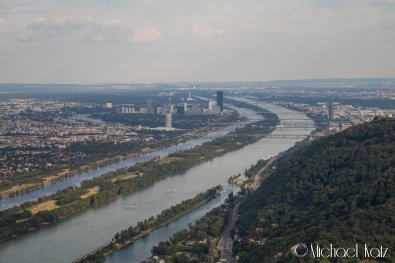 Donau og byen forlates bak oss, og vi svinger vestover mot Vöslau Airport. © 2017 Anders Skifte