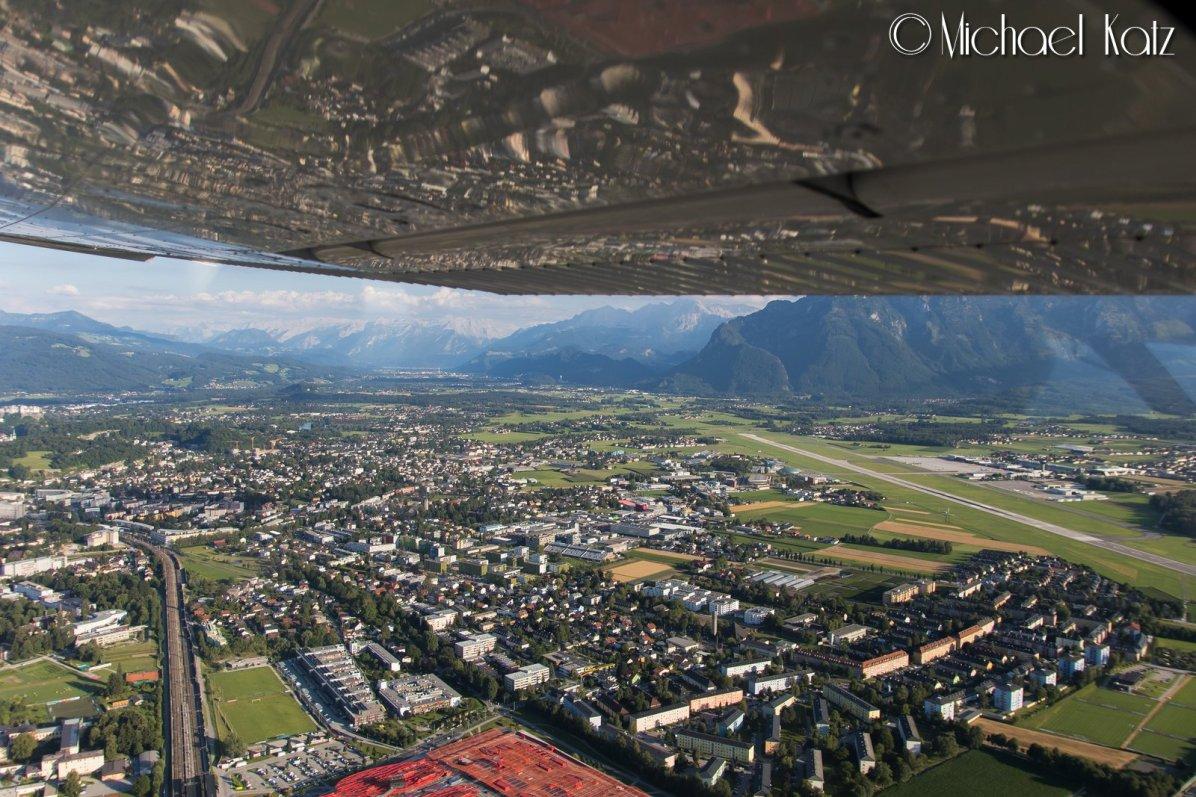 Flyplassen, fjellene og byen i Salzburg © 2017 Michael Katz