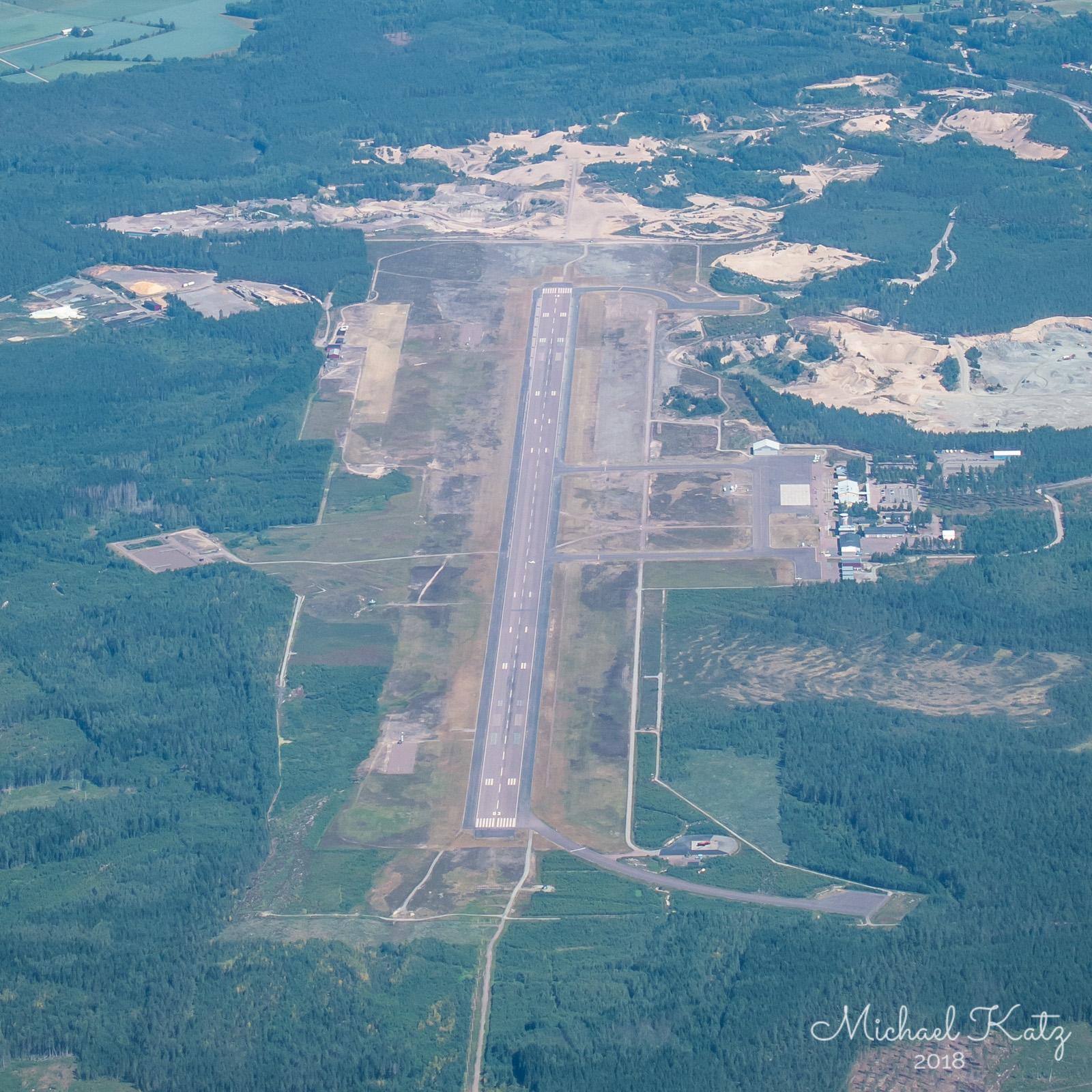 Passering over Karlstad Flygplats på vei til Linköping. Det er et lite fly på vei inn på banen.