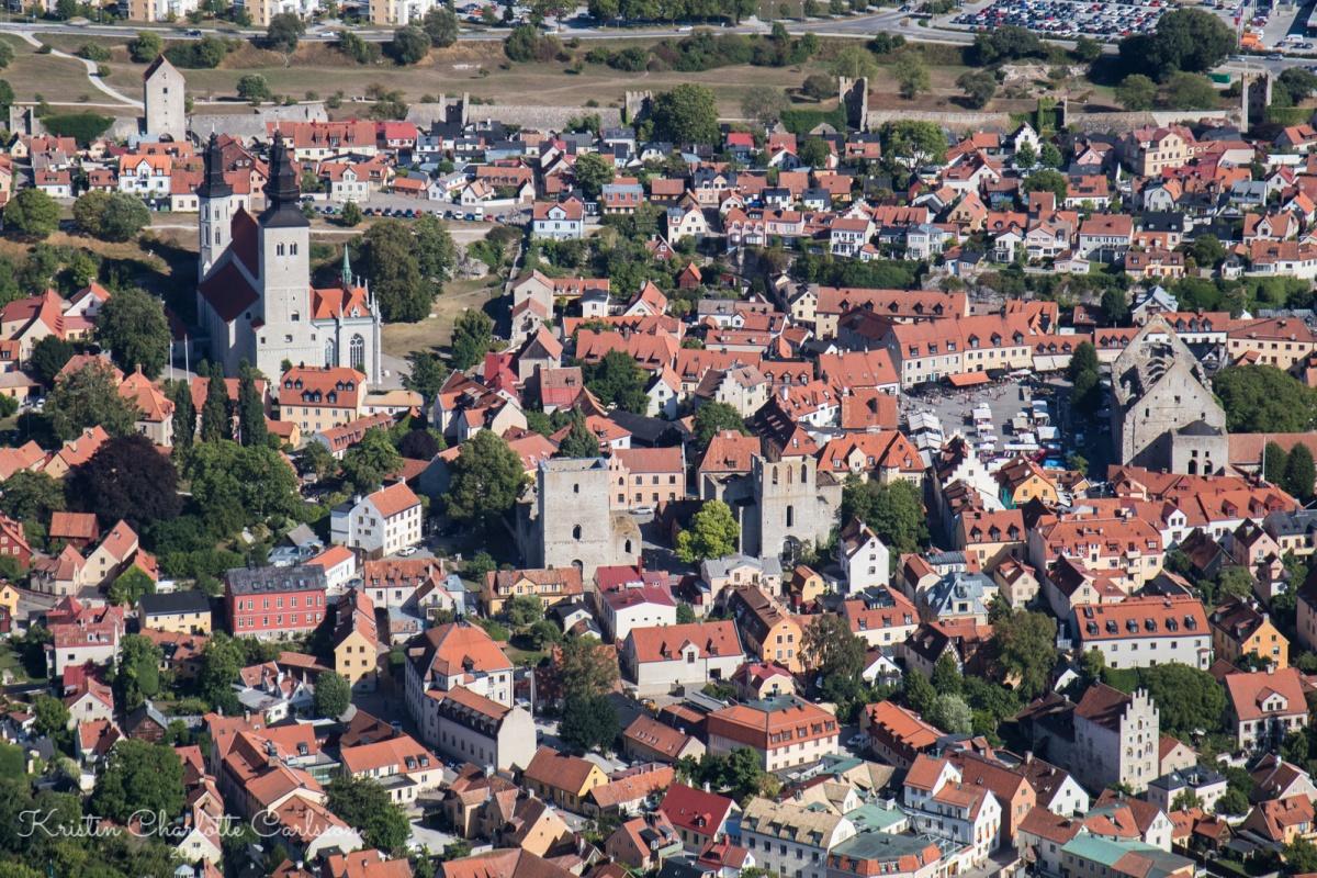 Hjertet av Visby innenfor ringmuren i bakgrunnen.