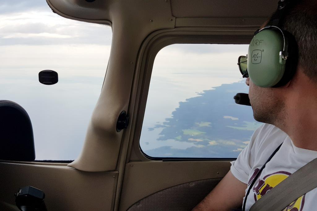 Shaul ser ut over Vänern fra 10 000 fot. © 2019 Michael Katz