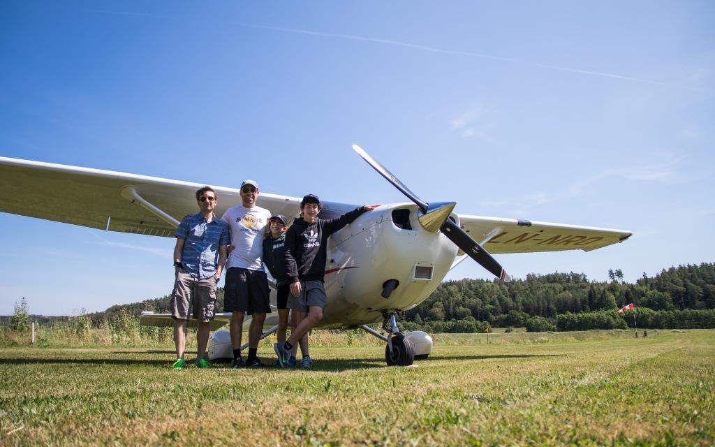 Piloten (fra venstre) med passasjerene Shaul, Davita og Ariel. © 2019 Michael Katz